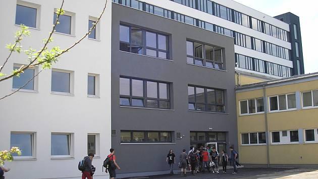 Integrovaná střední škola technicko-ekonomická v Sokolově. Původní budova navazuje na nový skelet.
