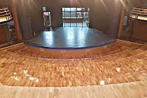 Čerstvě nalakované parkety v sokolovském divadle. Příští týden se budou montovat křesla