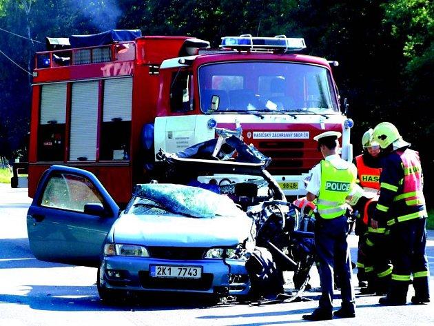 Vážně zraněnou řidičku havarovaného auta musel přepravit vrtulník.