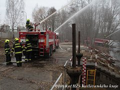 Chemické závody jsou v obležení hasičů z kraje, cvičí tu s pěnou.