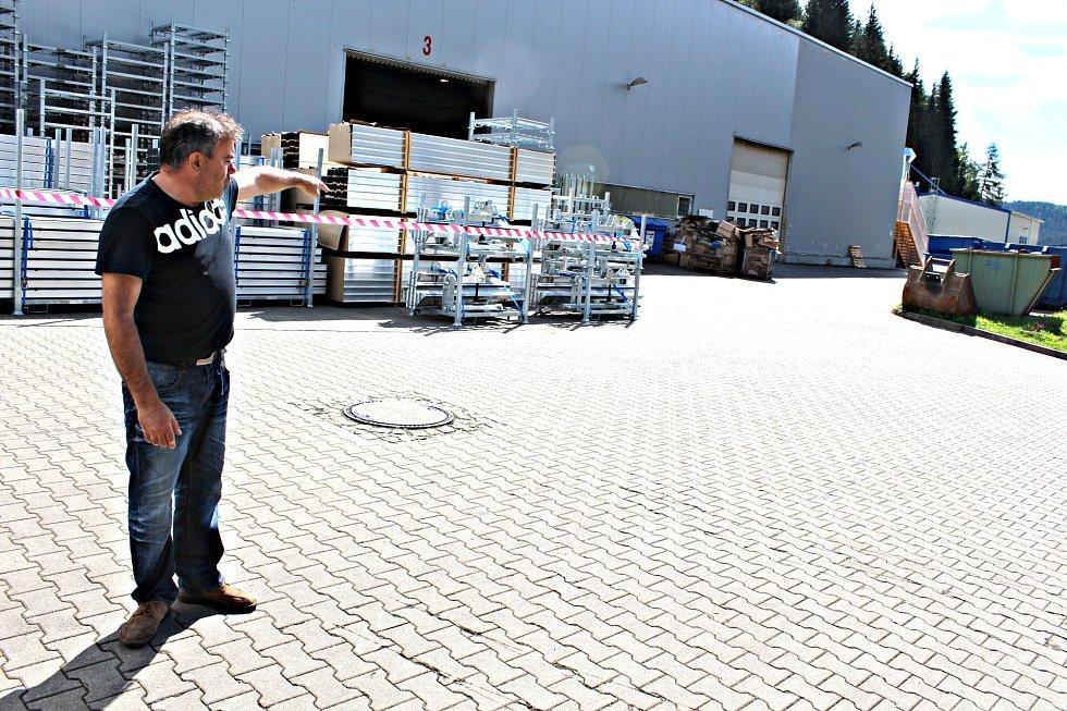 Ředitel firmy Herbert Kursa ukazuje, kde vznikne nová hala.