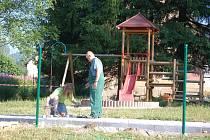 DĚTI se v Kraslicích mohou těšit na nové hřiště. Vzniká na Svatavské cestě. Využívat ho začnou už v polovině příštího měsíce.
