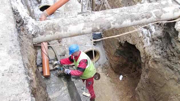 S opravou kanalizace byly v Lokti problémy.