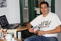 Svoji prvotinu Letní dny bez konce představil Milan Hloušek na řadě míst. Mimo jiné i v loketské městské knihovně.
