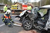 Hasiči museli řidiče z havarovaného vozu vyprostit.