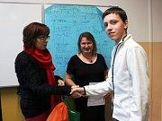 Ocenění za 1. místo převzal Rudolf Kvasňovský z rukou Libuše Ladýřové (vlevo), zástupkyně ředitelky pořadatelské Střední uměleckoprůmyslové školy Karlovy Vary, a Hany Zagyi, regionální koordinátorky soutěže a vyučující chemie.