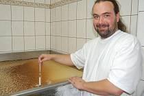 PŘI OTEVŘENÍ minipivovaru měli zájemci možnost nahlédnout do jeho útrob. Sládek Jan Rada (na snímku) měří obsah zbytkového cukru v kvasné kádi.