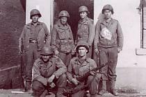 Skupinka vojáků 16. pluku před jedním ze sokolovských domů. Čtyři drží legendární opakovací pušku M1 Garand.