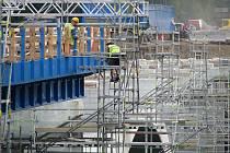 REKONSTRUKCE mostu přes řeku Ohři u Sokolova je součástí výstavby rychlostní silnice R6.