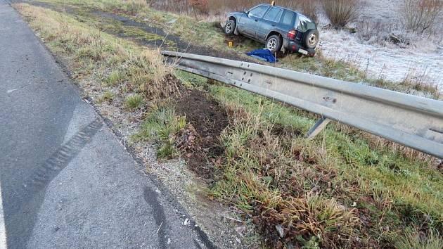 ŘIDIČE trápí namrzlé silnice. Šofér vozidla Kia skončil ve svodidlech a pak mimo silnici.