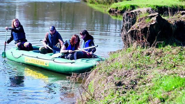Na čištění řeky Ohře se vydala padesátka dobrovolníků. Ti se na řeku spustili v Kynšperku nad Ohří a splavili ji až do Sokolova.