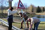 POZOR ŽÁBY, nové dopravní značení upozorňuje řidiče na migrující žáby přes silnici v Bublavě k tamním rybníkům. Instalovali je tam zvířecí záchranáři z Drosery.