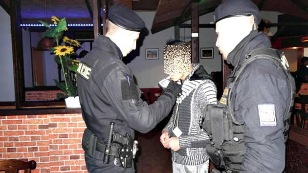 Policejní akce HAD odhalila nalévání alkoholu mladistvým.