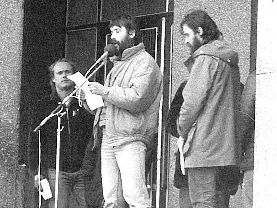 JAN HADRAVA (uprostřed)  a Erich Kříž (vpravo)  řeční v listopadu 1989 na sokolovském náměstí.