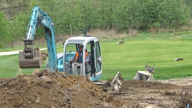 STAVEBNÍ stroje jsou v těsném sousedství golfového pažitu. Po dokončení prací zde vyroste stěna, která bude oddělovat rychlostní silnici od hřiště.