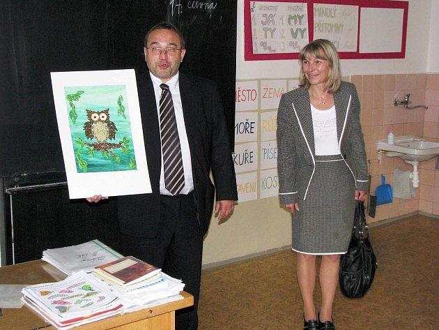 MINISTR Josef Dobeš děkuje žákům kraslické základní školy praktické a speciální za obrázek, který pro něj vytvořili.