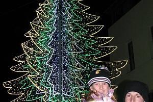 V CHODOVĚ letos vsadili na originální vánoční výzdobu. Místo živého stromu se totiž v centru města rozzářila jeho světelná imitace.