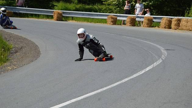Longboardista Daniel Mayer na Mistrovství České republiky v downhill skateboardingu v roce 2015
