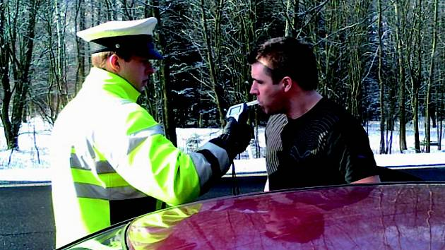 ROZSÁHLOU bezpečnostní akci během velikonočního období má za sebou policie. V pondělí například kontrolovala řidiče na rychlostní silnici R6 (na snímku).