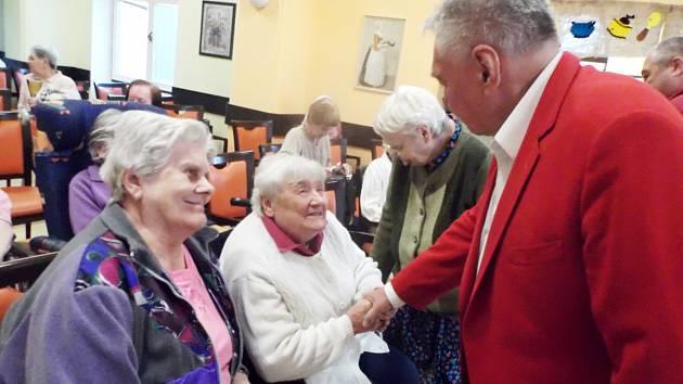 NEDÁVNO seniory potěšilo také vystoupení Josefa Zímy přímo v domově Sociálních služeb.