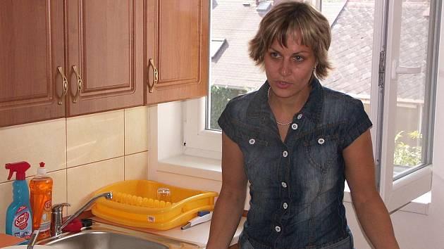 VEDOUCÍ Intervenčního centra Sokolov Kateřina Štěpánková představuje návštěvníkům vybavení kuchyně v jednom z bytů sokolovského azylového domu