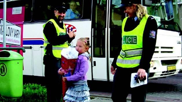 Policistům začnou u přechodů pomáhat dobrovolníci.