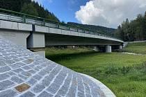 Nová křižovatka stojí nad řekou Svatavou. Stála 138 milionů korun