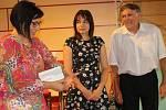 Večer v klubu M v Hornickém domě patřil poezii, próze i hudbě, ale především paní Haně Džudžové z Krajkové. Výtěžek večera jí pomůže při opravě vyhořelého domku.