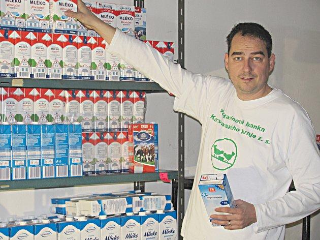 V centrálním skladu potravinové banky se jednotlivé regály v průběhu soboty postupně zaplňovaly. Pomáhal i ředitel Milan Hloušek.