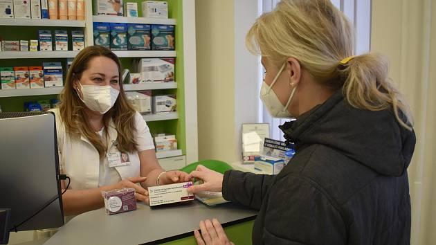 Nemos lékárna začala ve čtvrtek vydávat očkovací vakcíny. Objednali si je i v ordinaci sokolovské lékařky Michaely Půhoné.