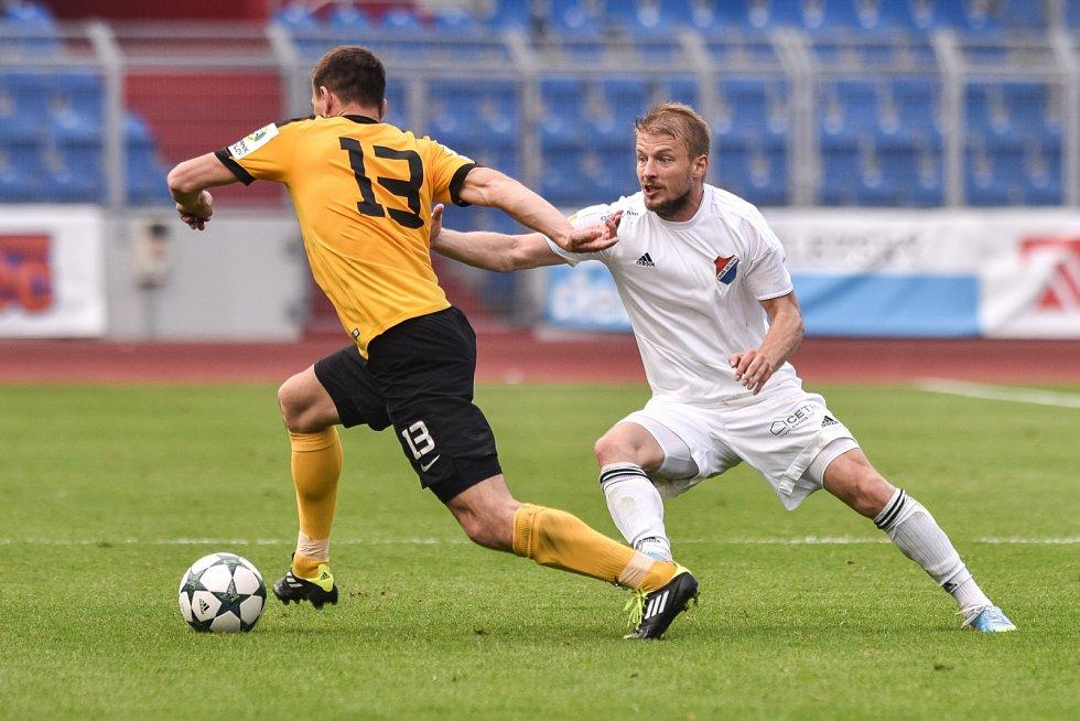 Utkání 28. kola druhé fotbalové ligy (Fortuna národní liga): Baník Ostrava vs. Baník Sokolov, 13. května v Ostravě. (P) Tomáš Mičola a Dobrotka Martin.