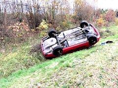 Po rychlém průjezdu zatáčkou skončil řidič s vozem na střeše.