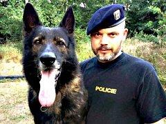 Policejní pes Adag se svým psovodem.