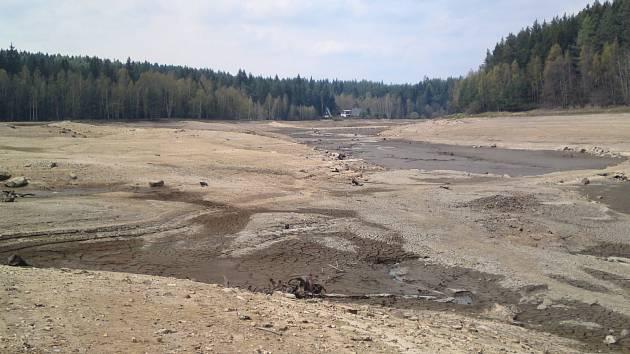 Přehrada v Tatrovicích je bez vody.