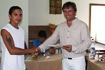 Starosta Nového Sedla Martin Loukota (vpravo) gratuluje zaměstnanci veřejné služby Davidu Horváthovi – ten také přijal nabídku města a zařadil se mezi VPP.