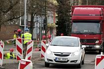 DOPRAVU v ulici Dukelských hrdinů řídí semafory. Další omezení provozu způsobí uzavření mostu u hasičské zbrojnice. Důvodem je avizovaná rekonstrukce hlavního průtahu.