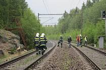 ZA NEHODOU na železniční trati mezi Novým Sedlem a Královským Poříčím stojí sebevražda. Muž si tam lehl na koleje a počkal, až pojede vlak. Nereagoval ani na houkání rychlíku. Strojvedoucí už neměl šanci zastavit.