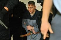 Robert Tempel - Ozbrojená eskorta přivádí Roberta Tempela, obžalovaného z dvojnásobné vraždy, ke Krajskému soudu v Praze, který ho 26. listopadu 2008 potrestal doživotním vězením.