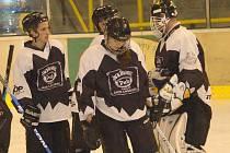 Krajská liga mužů v ledním hokeji: HC PK Vřesová - HC Stadion Cheb (v modrém)