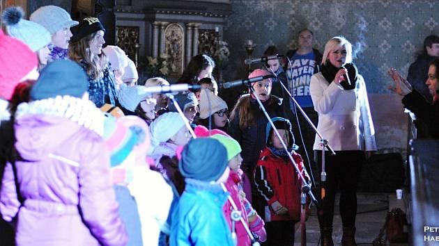 ZPĚVAČKA Lucie Šebková s kraslickými dětskými sbory při vánočním benefičním koncertě v Bublavě.