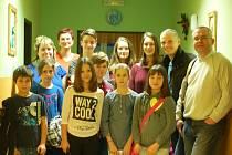 ČLENOVÉ nejen z Farní charity v Sokolově navštívili s vánoční atmosférou domovy pro seniory. O Štědrém dnu se setkali s klienty bez domova, pro které měli připravený čaj i dárek.