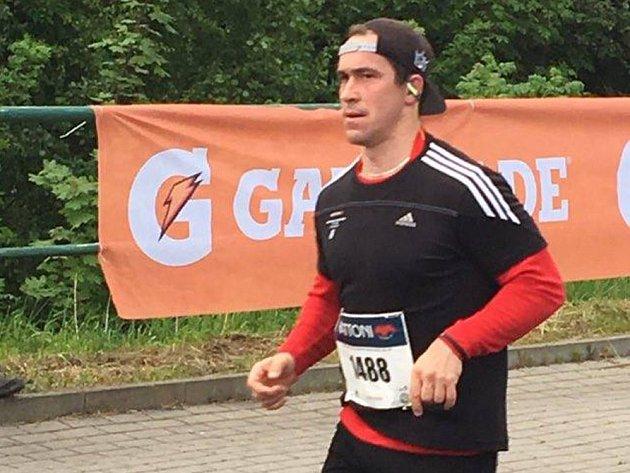 O šest minut dříve protl cíl stále ještě aktivní hráč HC Baník Sokolov Roman Kašpar, který se v ulicích Karlových Varů objevil po roční pauze.