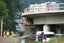 ČILÝ stavební ruch panuje na kilometrové propojce mezi Královským Poříčím a Sokolovem. Termín prý stavaři dodrží.