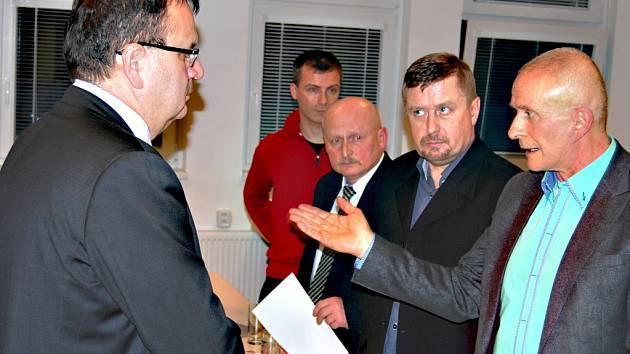 PŘEDSEDA představenstva Sokolovské uhelné František Štěpánek (zcela vpravo) při debatě s ministrem Mládkem.