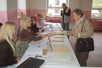 PRVNÍ voličkou v jednom z kraslických okrsků byla Viktorie Fírková.