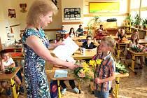 Prázdniny jsou tu. Na snímku učitelka Ivana Svobodová předává vysvědčení se samými jedničkami svému žákovi, prvňákovi Lukáši Račkovi z kraslické základní školy v Havlíčkově ulici.