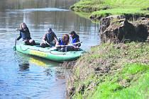 NA ČIŠTĚNÍ řeky Ohře se v sobotu vydala padesátka dobrovolníků. Ti se na řeku spustili v Kynšperku nad Ohří a splavili ji až do Sokolova.
