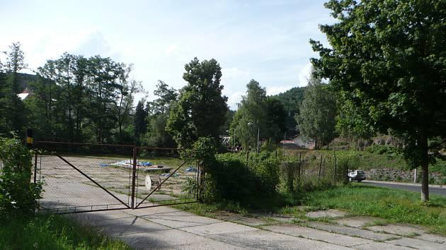 Za touto bránou už brzy bude stát moderní sportovní centrum s tenisovými kurty