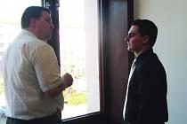 OBŽALOVANÍ policisté Pavel Herink a Vítězslav Novák (zleva) diskutují na chodbě sokolovského soudu.