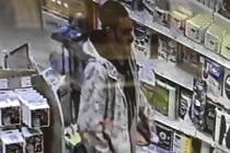 Zloději kradli v drogerii parfémy.